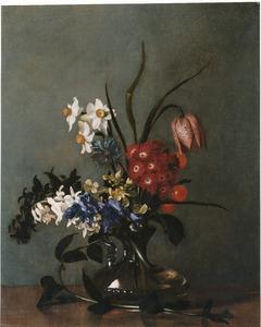 Bloemen in een glazen vaas op een tafel
