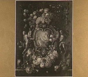 Bloemen en vruchten rondom een relief met Diana