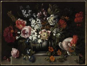 Stilleven van bloemen  in een tuinvaas op een stenen plint met een kaketoe