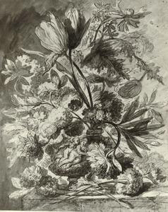 Bloemstilleven in een vaas, versierd met putti, op een tafel