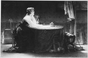 Vrouw aan een tafel in een schildersatelier