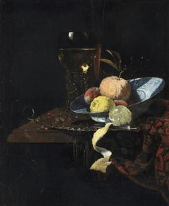 Stilleven met vruchten in een Wan Li-schotel, geschilde citroen en glaswerk
