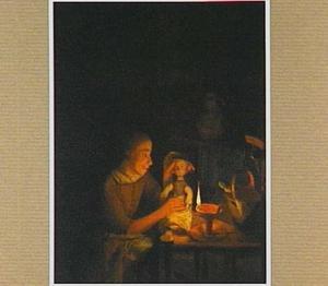 Jong meisje speelt bij lamplicht met een pop