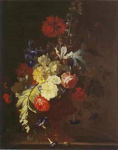 Bloemstilleven met stokroos, slaapbol en andere bloemen in een vaas met medallion