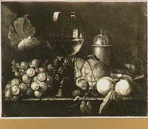 Stilleven van vruchten, roemer en een brood