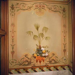 Stilleven met plant omgeven door ornamenten