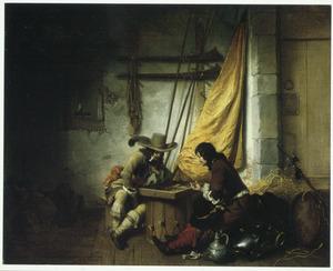 Twee soldaten spelen trik-trak in een wachtlokaal