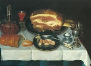 Stilleven van een gekookte ham op een tinnen schaal, omringd door een wijnkaraf, een wijnglas, een zoutvat, een mosterdpot, een mes en vork op een tinnenschaal met stukjes ham en een aangesneden brood, gedrapeerd op een wit damasten tafelkleed op een tafel