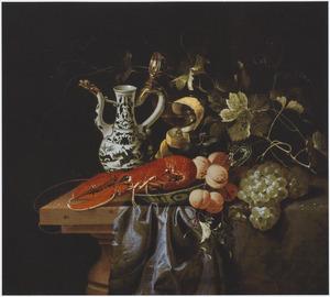 Vruchten, een kreeft op een Wan Li-schaal en een porseleinen dekselkan op een half bedekte tafel