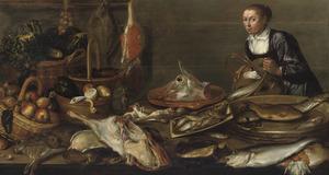 Keukenstilleven van vis, vlees, groente en fruit op een houten tafel, met een keukenmeid op de achtergrond