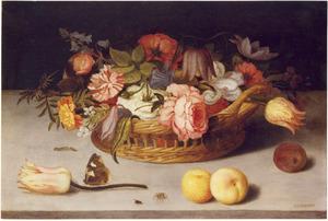 Bloemen in een mand op een stenen plint, met daarvoor vruchten, insekten en een roos