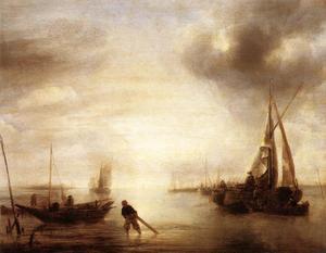 Kalme zee bij zonsondergang met in de voorgrond een visser