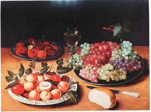 Vruchtenstilleven met druiven, abrikozen en pruimen