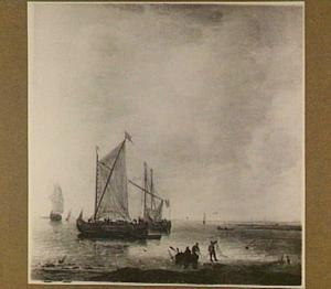 Drie zeilschepen voor de kust voor anker met in de voorgrond vissers in een roeiboot