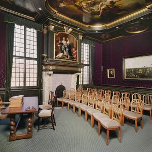 Schepenkamer met laat zeventiende-eeuwse inrichting bestaande uit een schoorsteenstuk en een plafondschildering