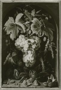 Vruchtenfestoen, hangend aan een touw, in een nis