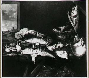 Visstilleven met aangesneden zeevis op een schraagtafel; links op de achtergrond een doorkijkje naar het strand en een vissersdorp