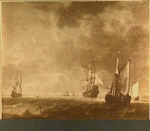 Wijdschip, oorlogsschip en fluitschip op een riviermonding bij kalm weer