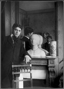 Amadeo de Souza-Cardoso (1887-1918) voor een spiegel met daarin de reflexie van Emérico Nunes (1888-1968)