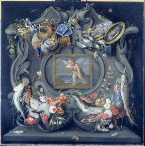 Relief met trossen jachtbuit, vissen en vele andere zaken rondom een afbeelding van een zijn boog spannende amor