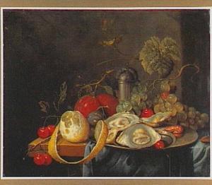 Stilleven met vruchten, oesters, een garnaal en een strooibus op een houten tafelblad