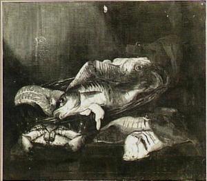 Visstilleven met kabeljauw, zalm, krab en schol in en rondom een mand op een houten tafel