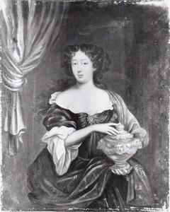 Portret van een vrouw, mogelijk uitgebeeld als Artemisia met de urn van haar echtgenoot