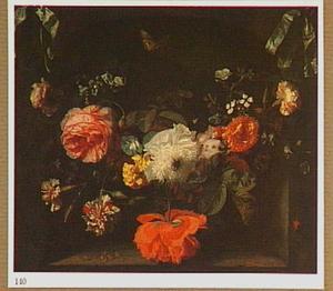 Guirlande van bloemen aan blauwe linten voor een nis