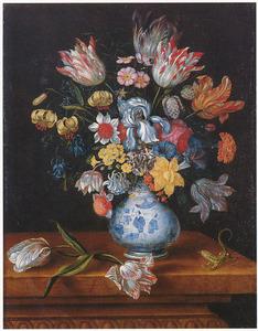 Bloemen in een porseleinen vaas, met twee tulpen en een hagedis, op een houten tafel