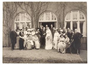 Groepsportret ter gelegenheid van het huwelijk van Jan Marie Gülcher (1885-1973) en Aleida Margareta Berg (1891-1981)