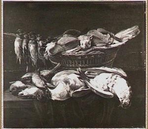 Stilleven van gevogelte in en rond een mand op een deels met een groen kleed bedekte tafel
