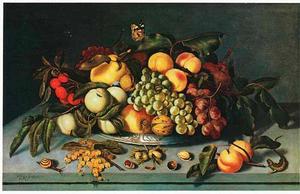 Vruchten op en voor een Wan Li-schotel op een stenen plint, met een hagedis en een slak
