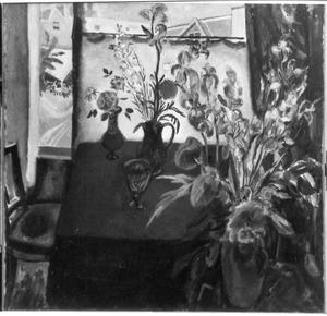 Interieur met bloemstilleven voor een venster