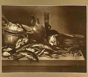 Visstilleven met verschillende soorten vis en rechts een poes