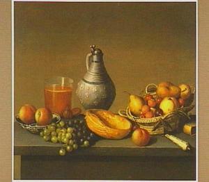 Stilleven met vruchten, brood en een steengoed kan