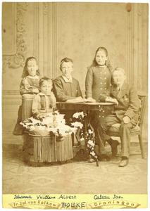 Portret van de kinderen van Jacob Boeke (1836-1908) en Meike Huidekoper (1838-1927)