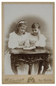 Portret van Jkvr. Paulina Johanna Gevers (1886-1942) en Cecilia Gevers (1888-1978)