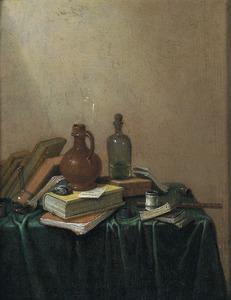 Stilleven van boeken, flessen en een steengoed kan op een met een groen kleed bedekte tafel