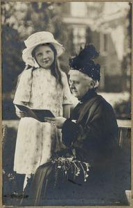 Portret van Emma van Waldeck Pyrmont (1858-1934) en koningin Juliana (1909-2004) als jong meisje
