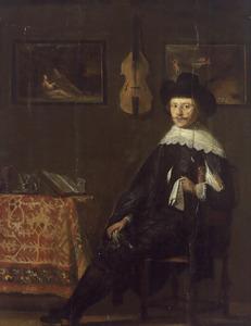 Portret van een man zittend aan een tafel in een studeervertrek