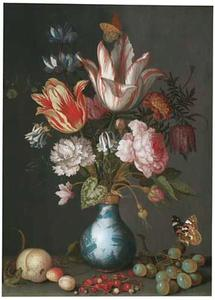 Boeket bloemen in een porseleinen vaas met een verguld zilveren montuur met een hagedis en vruchten  op een plint