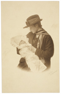 Portret van Theodosie Hubertine Adrienne Juliette Marie Regout (1892-1973) en Walthera Gijsmara Adriana Victoria van Heijst (1918-)