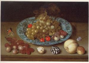 Druiven en kersen op een Wan Li-schotel, daarvoor vruchten, een schelp en een noot