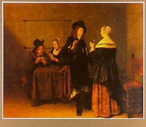 Rokend en drinkend paar in gesprek met een kaartspelend