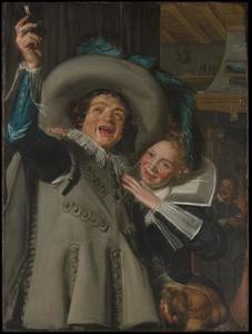 Vrolijk gezelschap van een jonge man en vrouw in een interieur