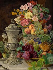 Stilleven met vruchten bloemen en een zilveren bokaal