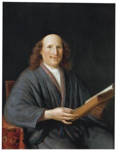 Portret van een man in een grijze kamerjas, zittend, ten halven lijve met een boek in de hand