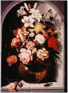 Bloemen in een glazen vaas met een sprinkhaan, hagedis en een tulp, in een nis