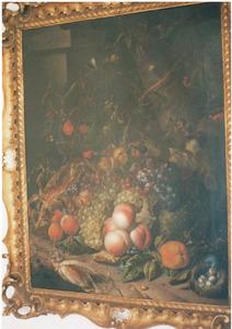 Stilleven van vruchten, met vogelnest, insecten en andere dieren, aan de voet van een boom