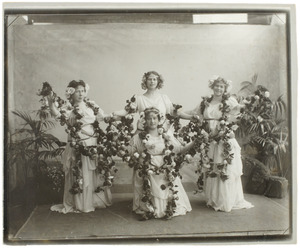 Portret van Suzanna Broese van Groenou (1878-?), Jeannetta Broese van Groenou (1884-?), Jeannetta Emilie Pijnacker Hordijk (1887-?) en Geertruide Louise Dom (?-?)